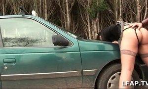 Bonne cochonne sodomisee sur le capot de la voiture avec Papy Voyeur xVideos
